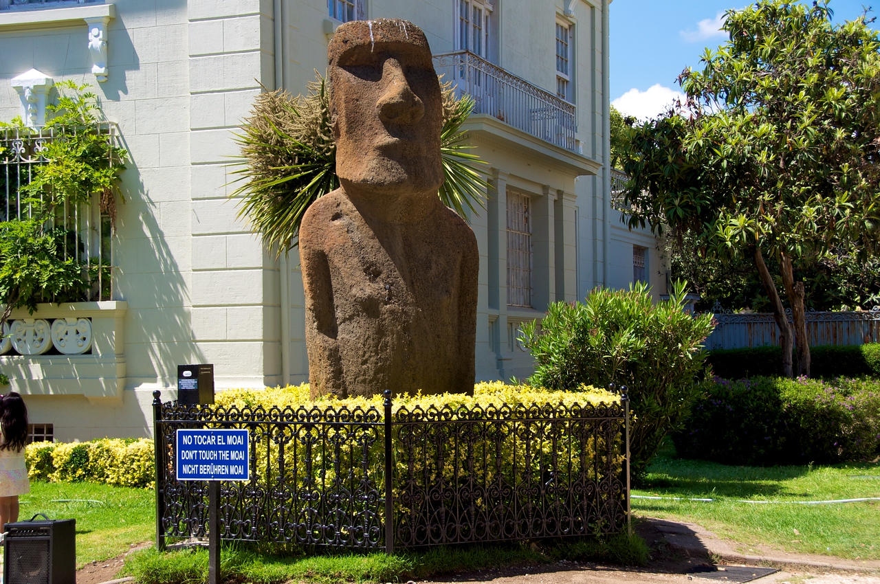 El Moi, 1 of 3 Easter Island Stone Statues2011-01-0323-51-38