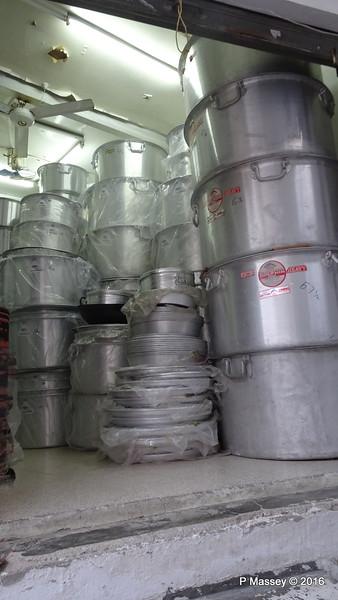 Muttrah Souk Large Pots Muscat PDM 20-03-2016 17-46-41