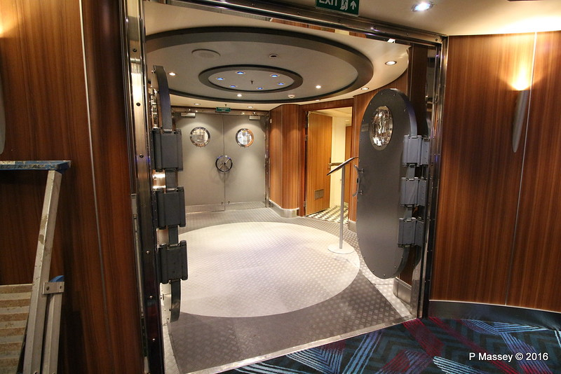 G32 Disco Exit Deck 3 Aft QUEEN MARY 2 16-07-2016 11-34-48