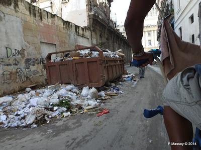 Rubbish Along Barcelona Amstad y Industria 31-01-2014 12-30-08