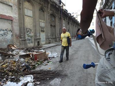 Rubbish Along Barcelona Amstad y Industria 31-01-2014 12-30-11