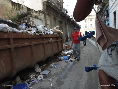 Rubbish Along Barcelona Amstad y Industria 31-01-2014 12-30-10