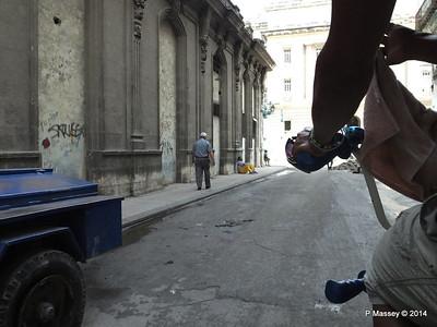 Rubbish Along Barcelona Amstad y Industria 31-01-2014 12-30-21
