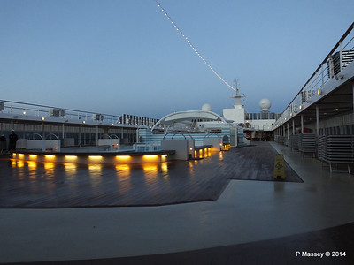 Jacuzzis are between the 2 pools Deck 11 MSC SINFONIA PDM 06-04-2014 05-15-56