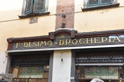 The store name is in Italian, yet the signage is English.  Somehow I've never equated the best with being cheap (Lucca).
