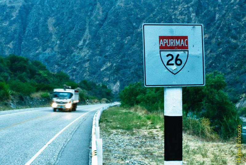 Son las 06:15, ni siquiera hace quince minutos todavía estaba oscuro, pero como siempre, la transición de la oscuridad total a la luz del día tiene un ritmo rápido gracias a su proximidad a la línea ecuatorial.<br /> <br /> Mientras Yngwie sigue durmiendo ya estoy despierto y conduciendo/manejando desde las04:00.<br /> Tome una siesta durante unas cuantas horas justo antes de la estación de peaje de Pampamarca, cerca de Chalhuanca, la mayor ciudad entre Puquio y Abancay en la provincia de Aymaraes, departamento deApurímac.<br /> <br /> Este camión que se acerca no es ni siquiera el décimo vehículo que encontramos durante las últimas dos horas. <br /> Ya que es muy tranquiloa lo largo de este camino regularmentehay bandas de ladrones asaltando buses, camiones o coches/carros para quitartodas las pertenencias de los pasajeros, una de las razones por las que tengo un cuchillo bien afilado al lado del freno de mano (en el caso que hay un solo asaltante, que es utópico pero no hace daño a la autoconfianza).<br /> <br /> A continuación seguimos el camino a lo largo del ríoApurímac entre Chalhuanca y Abancay, la última ciudad antes de llegar a Cusco y la más importante entre Nazca y Cusco.<br /> <br /> Ruta 26A - Entre Chalhuanca y Abancay - Apurímac<br /> Lunes, 13 de agosto '12