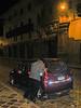 Sacudir antes de abrir. <br /> Los hombres ya están despiertos. Son casi las 02:00, el conductor tiene al parecer bastante sueño y duerme cómodamente en su vehículo. <br /> Ha sido suficiente, son las 02:00 de la noche y ya estoy despierto desde las 04:00 de la madrugada. Mañana es otro día y sigo de vacaciones. <br /> <br /> La Carreta - C/. Heladeros - Cusco - Perú<br /> Lunes, 13 de agosto '12
