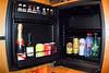 La nevera con sensores electrónicos, una vez que saques una botella o lata un sensor lo transmite a la facturación para luego cobrarte un ojo de la cara. <br /> A excepción de las dos cervezas todas las bebidas eran de origen extranjero y en el área de la cerveza el hotel inventó un plan comunitario, una flamenca (Stella Artois) y una valona (Leffe, todo menos mi cerveza preferida).<br /> Todas las botellas y las latas se mantuvieron en su sitio, una cerveza en un bar del aeropuerto era todavía mucho más barato.<br /> <br /> Sheraton - Aeropuerto de Zaventem - Bruselas - Bélgica