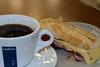 Desayuno en el aeropuerto: Café americano (1,8 €) y un bocadillo de jamón y queso (4,5 €), que parece más como un pintxo.<br /> <br /> Aeropuerto Madrid Barajas - España