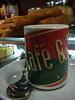 España y café.<br /> Cada vez que estoy en España me da ganas de tomar un café solo bien cargado ya que no hay en Bélgica como en España o por lo menos no donde vivo yo, en mi tierra son cafés solos en cuales puedas nadar consolo un par de gramos de café arabica con demasiada agua.<br /> En el camino a El Corte Inglés, hacemos una breve parada en el Café & Te, una cadena de salones de té de Barcelona, donde me administre dos dosis de cafeína.<br /> <br /> Café & Te, C /. Carretas, Madrid, España