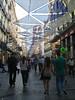 La protección solar es bienvenida en una de las calles comerciales más concurridas de la capital española.<br /> <br /> C/. Preciados - Puerta del Sol - Madrid - España
