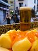 Una típica merienda madrileña: patatas bravas o patatas ligeramente fritas servidas con una salsa picante a 3.55 € por ración. Sabroso y sencillo. <br /> Y nada mejor que un tubito de Mahou para acompañar las patas bravas. <br /> <br /> Las Bravas - C /. Espoz y Mina 13 - Madrid - España
