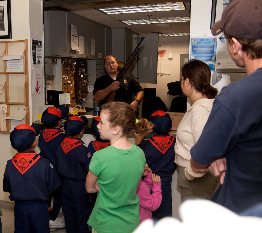 2009.11.22 Cub Scouts police visit 010