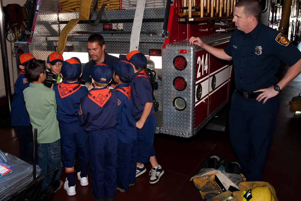2009.11.22 Cub Scouts police visit 025
