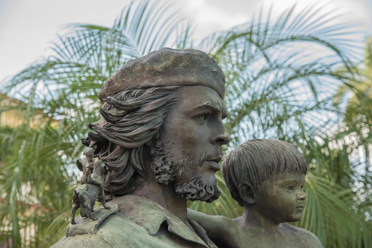 Statue of El Che in front of Officina de la Province  (PCC)