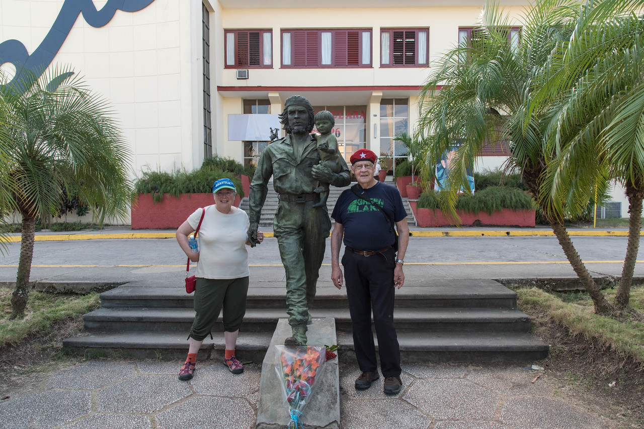 Susan and Garet posing with Che