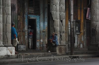 Sentado bajo la Parca Havana, Cuba.