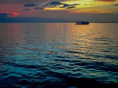 Barco al atardecer y mar