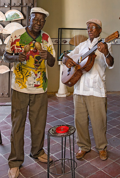 Duo playing near the studio of Afro-Cuban dance in Guantanamo.