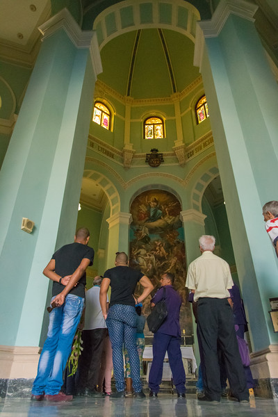 Also known as the Cristóbal Colón (Christopher Columbus) Cemetery, a funeral in the Central Chapel is about to begin.