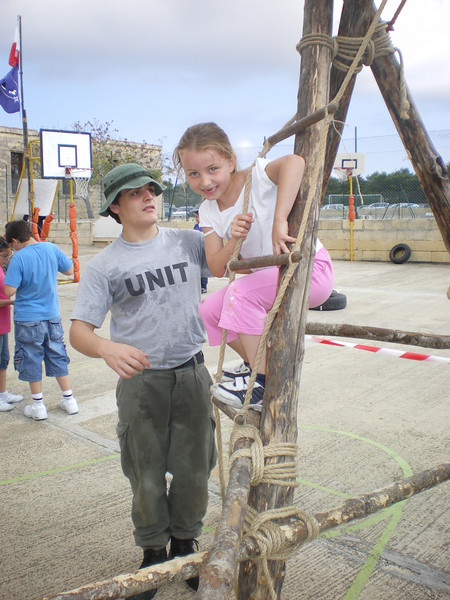 VS simon helping a girl whilst on her obstacle course..