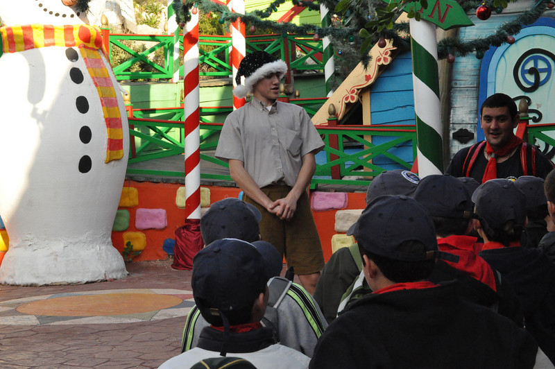 An Elf greets the cubs