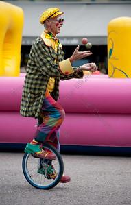 juggling clown,jonglerend,monocycle,jongleur