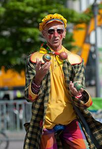 juggling clown,jonglerend,jongleur