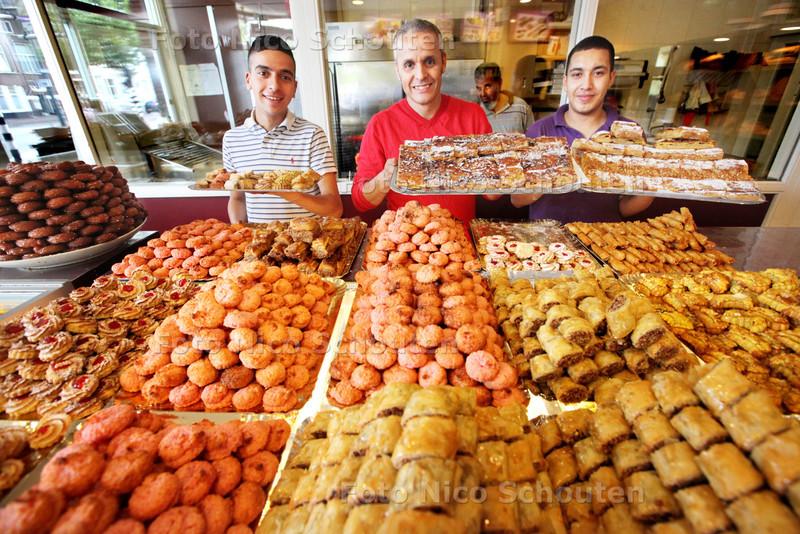 Suikerfeest - Marokkaanse bakkerij Marakesh - medewerkers Ilyas, Omar en Jyoussef achter de toonbanken vol met lekkers - (De drukte was van 8:00 tot 10:00) - DEN HAAG 8 AUGUSTUS 2013 - FOTO NICO SCHOUTEN