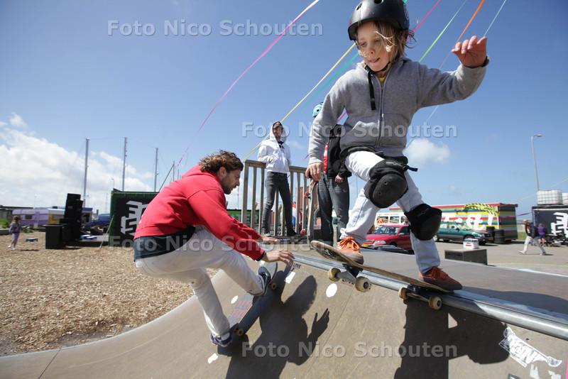 Dreams Festival bij F.A.S.T. surfdorp in Scheveningen - Skateboardles van Ralph Groenheijde (l). De 7 jarige Hessel Janssen (r) skateboard al zowat vanaf zijn geboorte en is een waar natuurtalent - DEN HAAG 15 JUNI 2013 - FOTO NICO SCHOUTEN