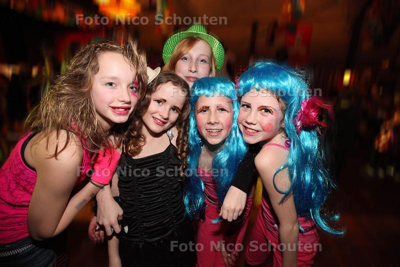 Tienercarnaval in De Rank. Het is de aftrap van de Westlandse carnavalstijd - DE LIER 1 FEBRUARI 2013 - FOTO NICO SCHOUTEN
