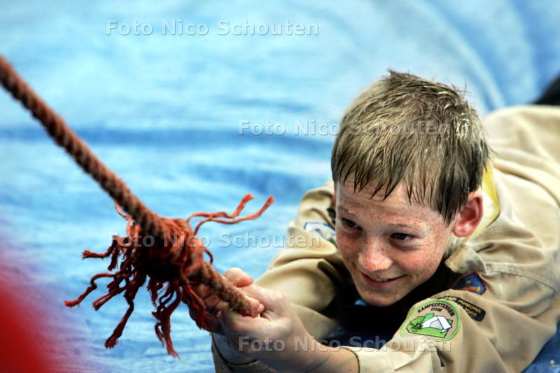 """Overvliegfeest Scoutinggroep John McCormick <br /> ; Tyler wordt door het """"slijk"""" getrokken- ZOETERMEER 26 SEPTEMBER 2009 - FOTO NICO SCHOUTEN"""