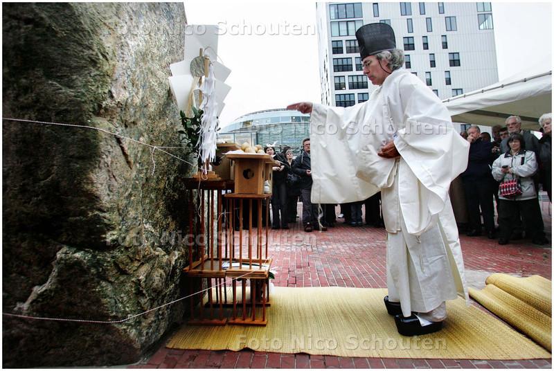 AD/HC - Japanse shinto-priester wijdt het kunstwerk De Aardappelmannetjes in - ZOETERMEER 7 NOVEMBER 2008 - FOTO NICO SCHOUTEN