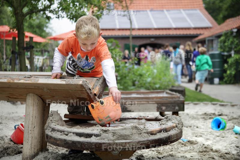 Bij stadsboerderij Gagelhoeve aan de Mient kunnen kinderen voortaan spelen in een hut, kliederen met water en zand en door een tunnel van wilgentakken kruipen. Wethouder Boudewijn Revis (Segbroek) opent deze groene en veilige speelplek. Mark vermaakt zich prima - DEN HAAG 26 JUNI 2013 - FOTO NICO SCHOUTEN