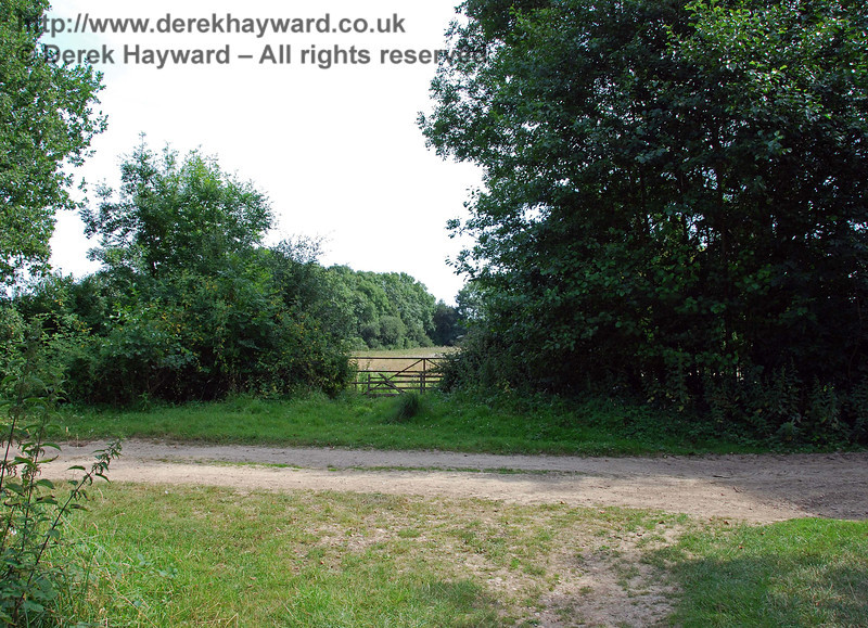 West of Boathouse Farm is the site of a former farm crossing.  This view looks south east. 27.07.2008