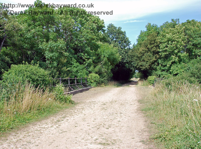 The northern parapet of the Bevern Stream bridge, with typical railway set-back railings which give good clearance. 27.07.2008
