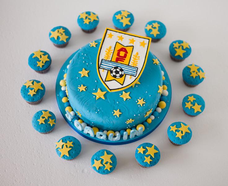 La torta rodeada de muffins.