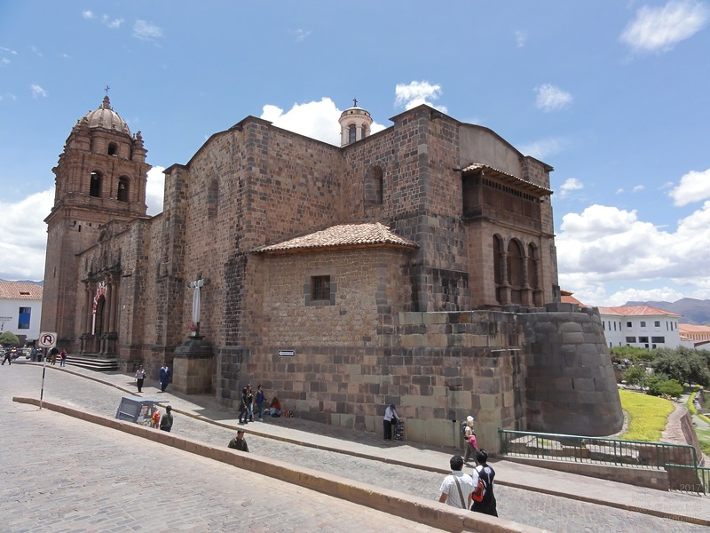 The foundations of most buildings in the historic downtown area are from Inca time or even before. This is the Inka Temple Coricancha, surrounded today by the Cathedral of Santo Domingo.