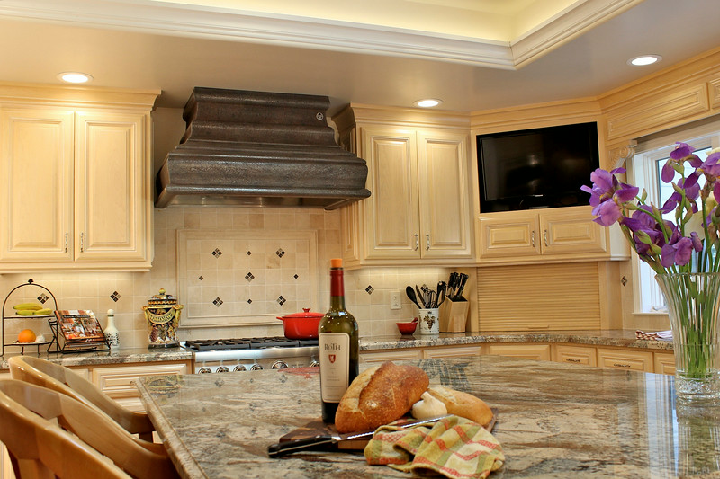 Yes, this kitchen also features a TV that can be easily viewed by all.