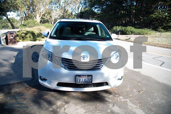 Toyota_Sienna_XLE White_6VJJ472_LOGO-1