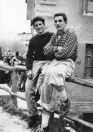 Walter Bonatti e Carlo Ruscono ai Piani Resinelli, 1952. Da Cinquant'anni al Vertice, 26a, 7,7x10,8