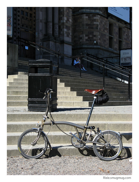 The famous Brompton, yet still unknown to the masses, in front of the natural museum in Stockholm... <br /> The best way to always have you bike when you need it? Just fold it when you don't need it (see next pics). :-)