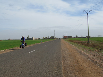 The road to Demnate is flat and boring, 1-2% steep and front wind!