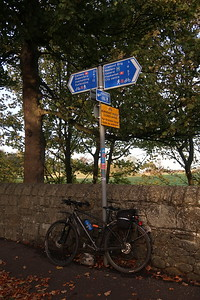 NCN1 at Cramond Brig - no signage visible for cyclists coming from Kirkliston to warn of a One Way Road