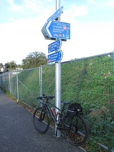 Haddington - Railway Path peters out here although I'm not off line anyway.   Previously able to carry on from here and pick it up a bit further east - but the site is being redeveloped.  Signage and lamppost are new.