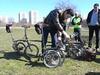 Film: hur man viker ihop en Brompton (parkerad med bakhjulen redan vikt under cykeln). Brompton anses av många vara den bästa kompromissen för en vikingcykel. Den är bra att cykla med och och smidig och kompakt ihopfälld. Största nackdelen är det höga priset, smakar det så kostar det.<br /> <br /> Video: how to fold a Brompton (starting from the parked position with the rear wheel already folded under the frame). The Brompton is regarded by many as the best compromise for a folding bike, with a good ride and a small and practical package when folded. The biggest disadvantage is its rather high price.