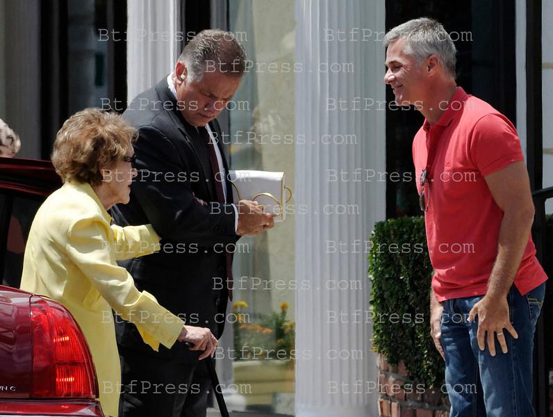 Exclusif__ C'est une Nancy Reagan encore alerte et elegante, mais appuyee au bras protecteur d'un agent du service secret americain, qu'a rencontre Cyril Viguier (notre photo) pour les besoins du film documentaire qu'il prepare sur Mitt Romney, le candidat Republicain a la Maison Blanche. Une belle exclusivitee pour le producteur de television, car a la veille de la convention du Parti Republicain de Tampa en Floride, l'ex-first Lady qui sera prochainement incarnee au cinema par Jane Fonda, fait de tres rares apparitions publiques et represente toujours aux yeux des americains, les annees prosperes ou Ronald Reagan regnait sur une Amerique sure d'elle meme. Une filiation que les strateges de la campagne de Romney voudraient bien capter, en vue de l'election du 6 Novembre prochain.