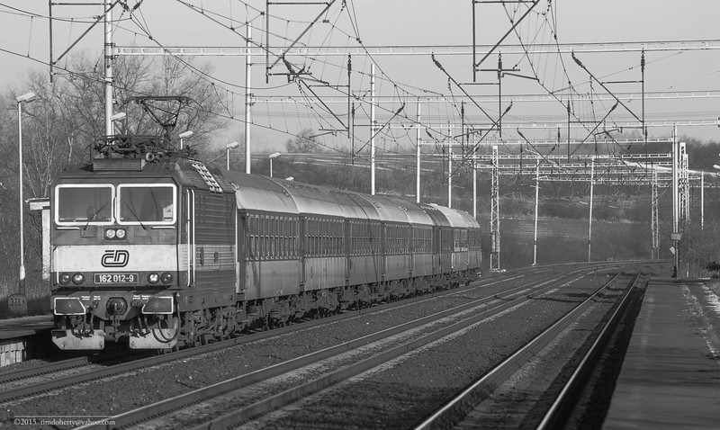 A class 162 loco on the triple track east of Prague at Klučov.