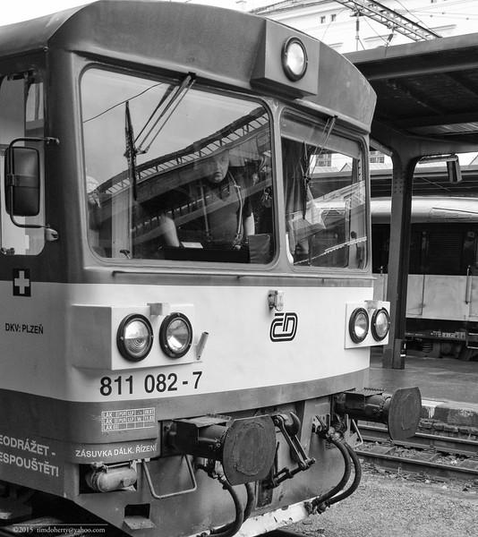 The operator looks out from a class 811 DMU at Praha Masarykovo nádraží.