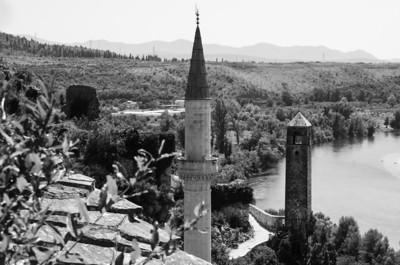 Hadži Ali mešita Mešita Hadži Aliho byla postavena roku 1563. Na vstupních dveřích mešity je pak zaznamenáno 17. století. V tomto století mešitu opavil paša Šišma Ibrahim a od té doby nese i druhé jméno mešita paši Šišmana Ibrahima.